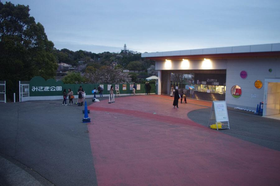 63年間にわたって地元に愛された、みさき公園が3月31日に閉園。閉園後のみさき公園入場ゲート(3月31日・みさき公園)