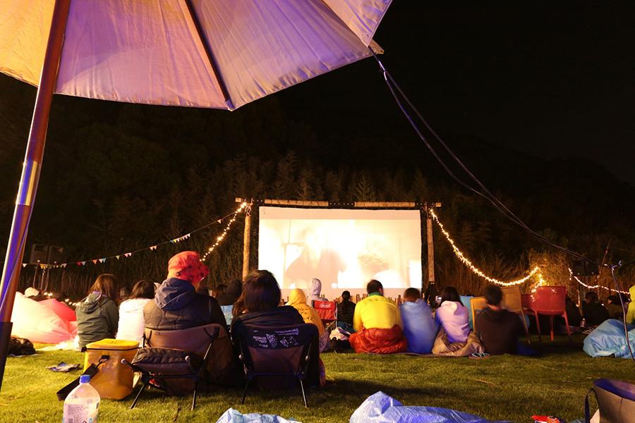 野外で、寝袋にくるまりながら映画鑑賞が楽しめる。写真は2018年の様子