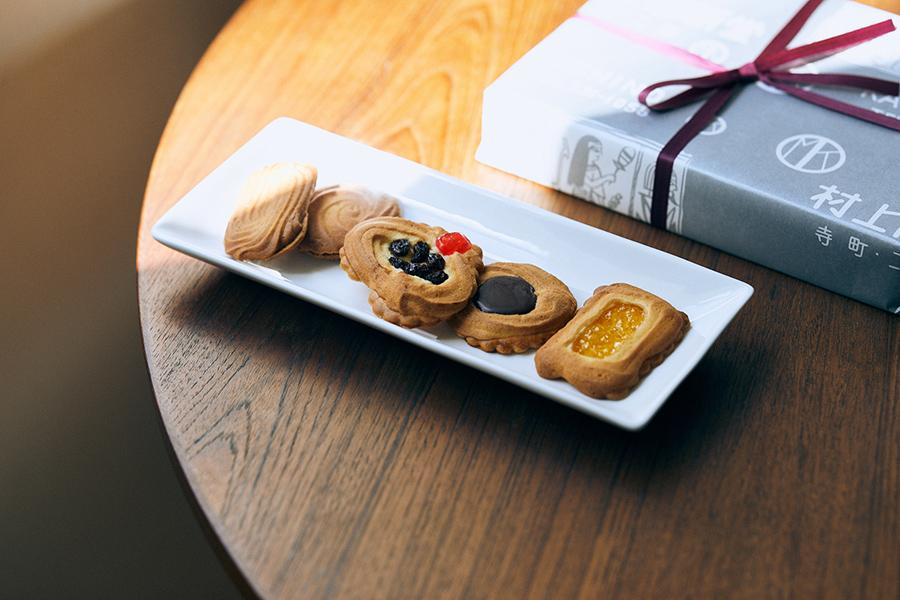 「村上開新堂」のロシアケーキ。ぶどうジャムサンド、ゆずジャムサンド、レーズン、チョコレート、アプリコット。店頭販売は1枚190円(税別)