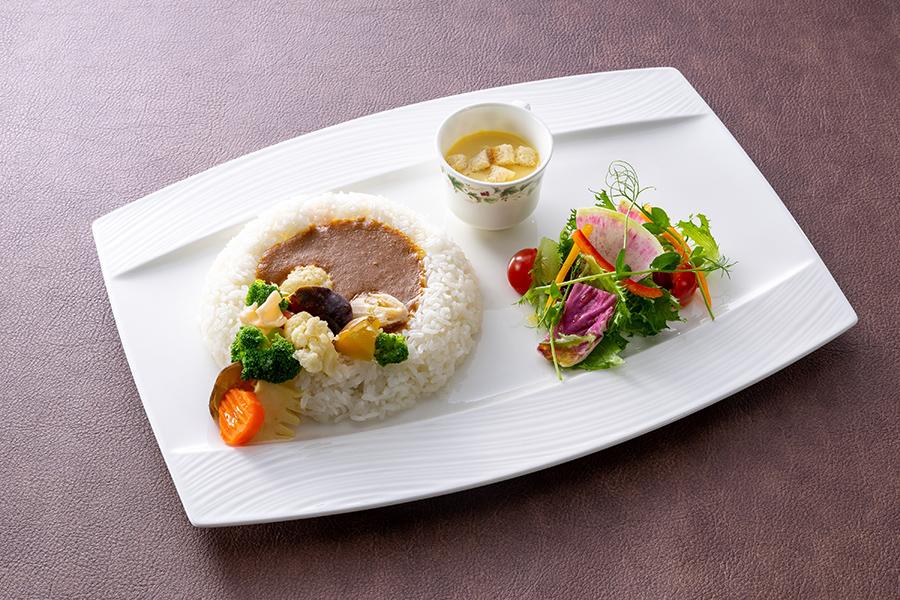 ホテル日航大阪のカフェレストラン「セリーナ」のメニュー。ボタニカルカレーライス(動物由来の食材を一切使用していないアレルギーフリーカレー)、  サラダ添え、 カップスープ、 コーヒー付きで980円