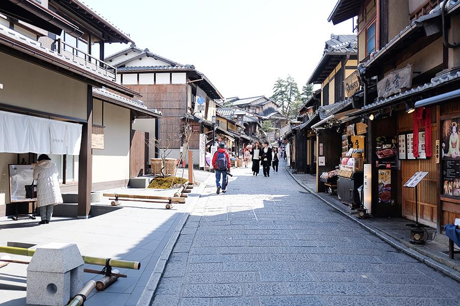 二年坂(二寧坂)沿いにあるパーク ハイアット 京都。写真左側は、同ホテル内ある「KYOTO BISTRO」