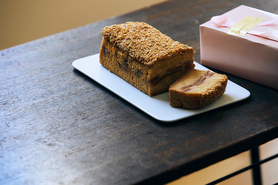 「オオマエ」のアップルケーキ。店頭販売は当日焼きたて1464円、発送用は真空パック・箱入り1704円
