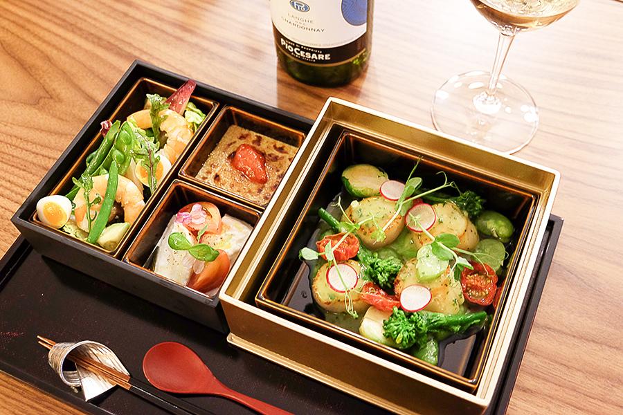 「ランチボックス」4500円(税サ別)。魚介のメインディッシュは北海道産帆立貝と春野菜、パセリバター(写真のメニューは5月下旬まで)