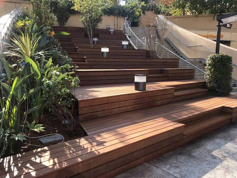 「パークスガーデン」4階には階段状のウッドデッキが新設