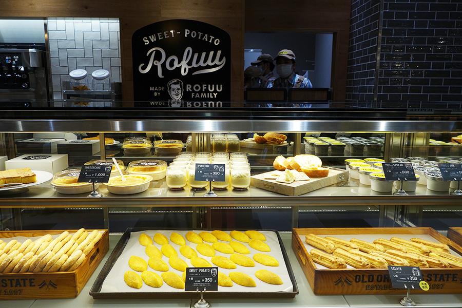 甘みを控え素材の風味を活かしたスイートポテト、芋クリームとカスタードをサンドしたエクレア、チーズケーキ、ブッセなどの芋スイーツが並ぶ
