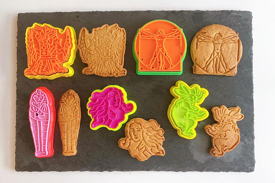 「sacsac」のYouTubeチャンネルにある焼き方の動画を見て、家で焼いてみました! (左上から時計回りに)アステカの神々 シペ・トテック、ウィトルウィウス的人体図、鳥獣戯画 うさぎ、ヴィーナスの誕生、ツタンカーメン 黄金のマスク