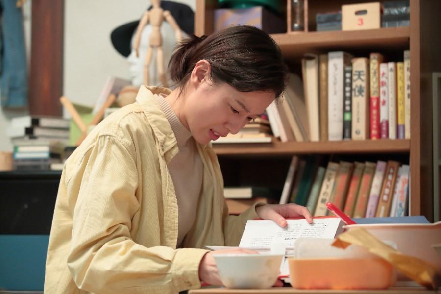 武志の部屋で見つけた医学書を見て驚く川原喜美子(戸田恵梨香)