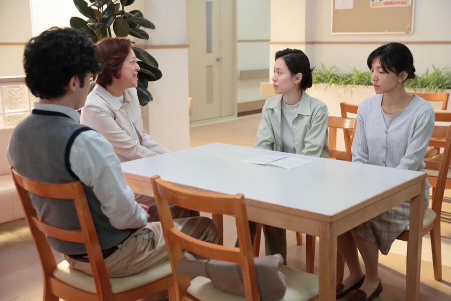 左から、「患者の会」に参加する大崎茂義医師(稲垣吾郎)、日高れい子(楠見薫)、喜美子(戸田恵梨香)、理香子(早織)