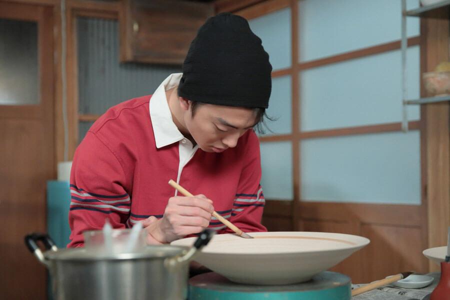 第144回より、大皿を作る川原武志(伊藤健太郎)