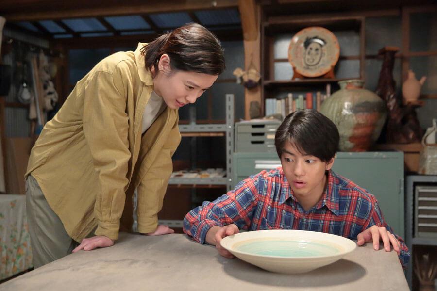 完成した大皿に耳を傾ける喜美子(戸田恵梨香)と武志(伊藤健太郎)