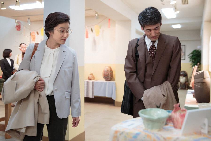 『みんなの陶芸展』で作品を見る草間宗一郎(佐藤隆太)と庵堂ちや子(水野美紀) (C)NHK