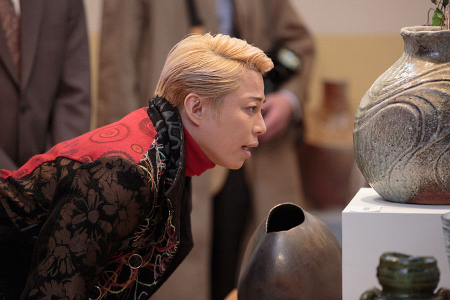 喜美子の作品を見るジョージ富士川(西川貴教)