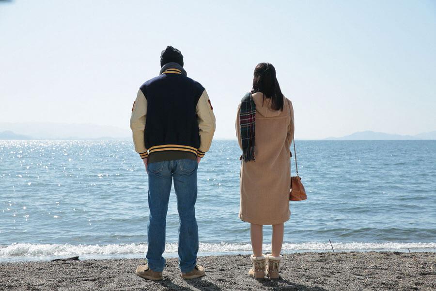 琵琶湖を眺める川原武志(伊藤健太郎)と石井真奈(松田るか)