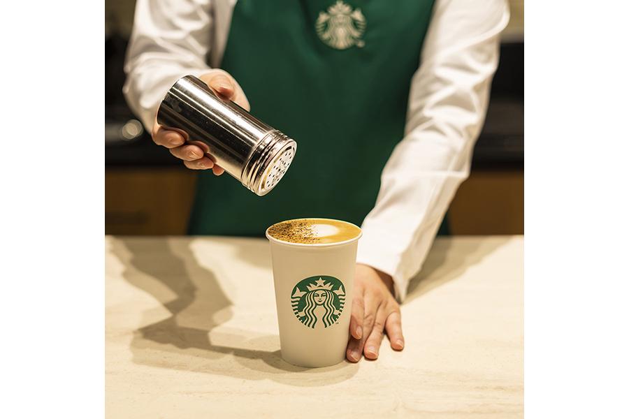 仕上げに、乾燥させたコーヒーの果肉抽出物を使ったカスカラシュガーと、極細挽きのエスプレッソ ローストをトッピング