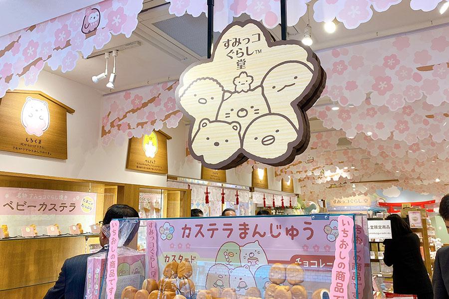 桜の装飾で春らしい店内 (C)2020 San-X Co., Ltd. All Rights Reserved.