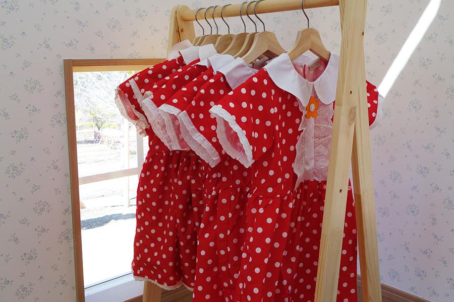 ショコラウサギの女の子とおそろいの衣裳は有料1着500円。100〜110cm、120〜130cm、150cm、160cm