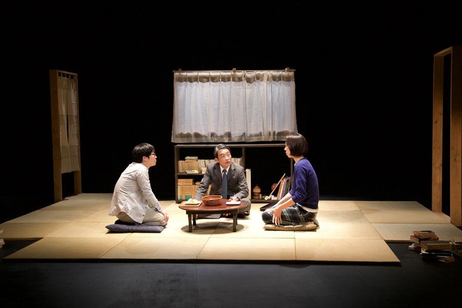 「江原河畔劇場」のプレイベントで上演された青年団の四人芝居『隣にいても一人』より (3月28日・兵庫県豊岡市)
