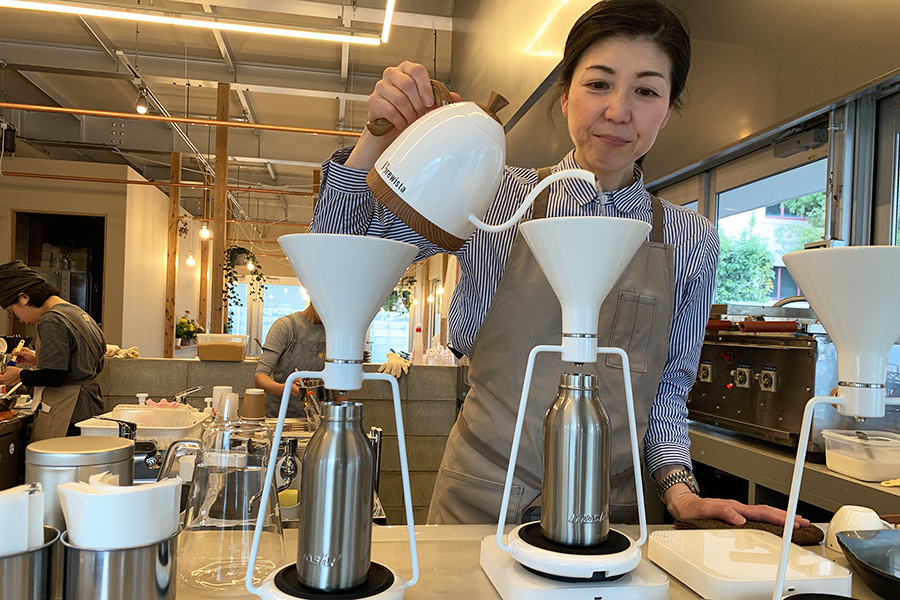 関西でも使っているコーヒー店はまだまだ少ないGINAのドリッパーと、統括マネージャーの山本知子さん