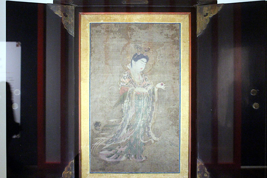 毎年、元旦から1月3日の3日間のみ、ご本尊「薬師如来像」の仏前で開帳される奈良時代の「吉祥天女像」(国宝)も特別公開(2月27日・あべのハルカス美術館)