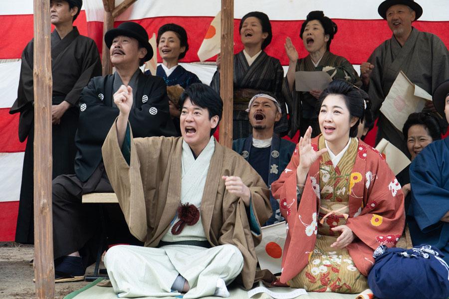 第3回より、裕一を応援する父・三郎(左、唐沢寿明)と母・まさ(菊池桃子)(C)NHK