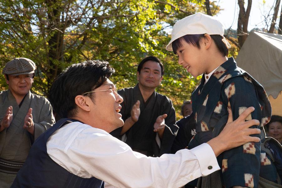 笑顔で見つめ合う藤堂清春(森山直太朗)と裕一(石田星空)(C)NHK