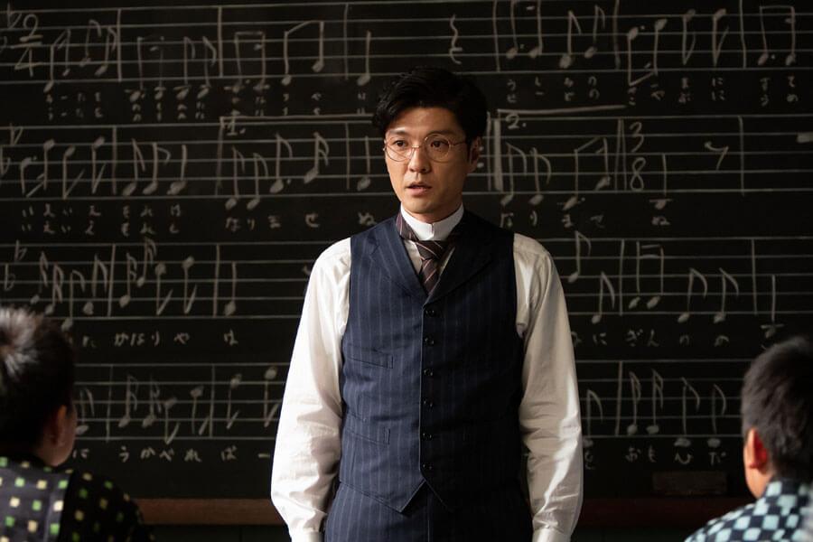 裕一の担任教師となった藤堂(森山直太朗)(C)NHK