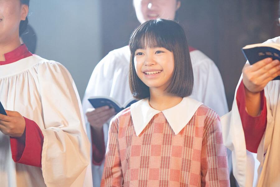 聖歌隊と歌う少女・音(清水香帆)(C)NHK
