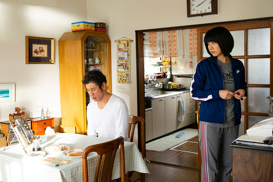 左が、父役を演じる渋川清彦。©菊池真理子/秋田書店 ©2019 映画「酔うと化け物になる父がつらい」製作委員会