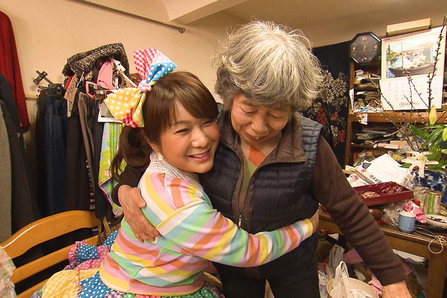 熊本県玉名市で相席旅をおこなうはるな愛 (C)ABCテレビ