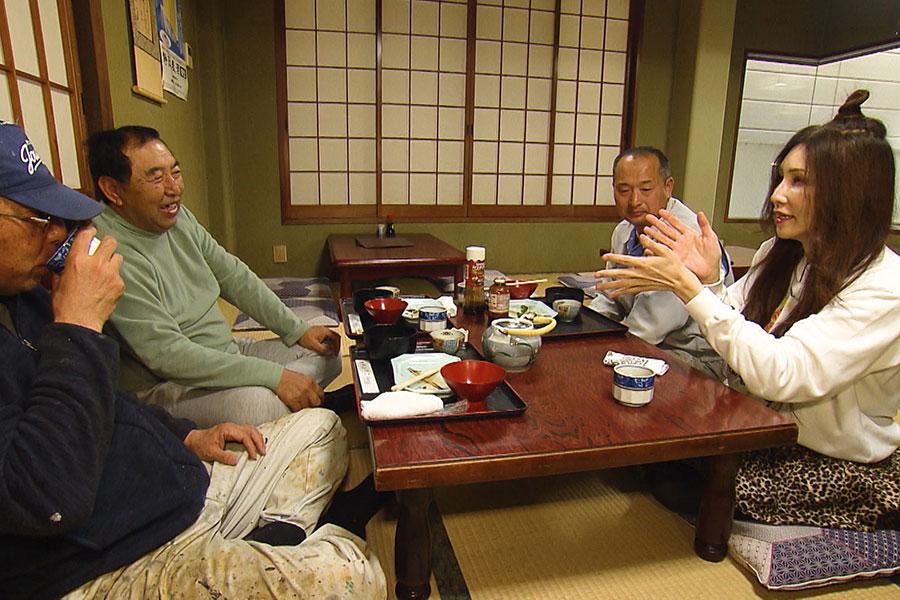 地元民と相席するKABA.ちゃん(C)ABCテレビ