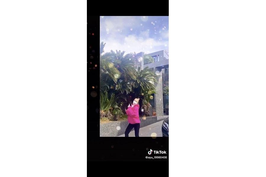 自宅の庭と思われる場所で踊る浜崎あゆみ