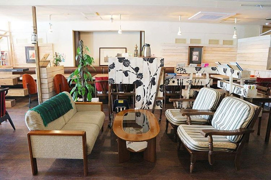 川下さんが「ゆったりとした明るく広いスペースに気鋭のアート作品が配され、テーブルや椅子もさまざまな形・大きさのものが置かれている。食べ物も飲み物もおいしい」と紹介するボダイジュカフェの店内