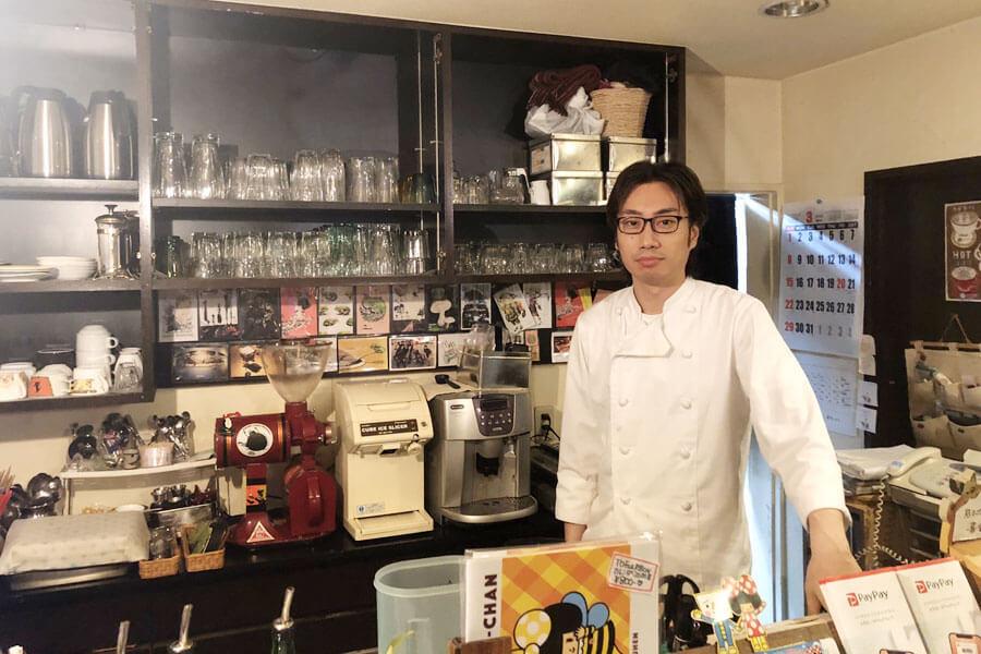 「アーティストたちを応援したくなって、自由に使える場所を提供することにしました」と同店オーナーの仲村伊太利さん 提供:ボダイジュカフェ