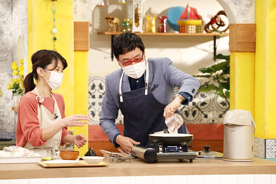番組内では、苦手な料理にも挑戦する山里亮太