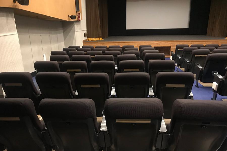 新型コロナウイルスの感染防止として、消毒液の設置ほか、背面にテープを貼っている座席へ誘導して客同士の間隔をあけるなど対策もとっていた