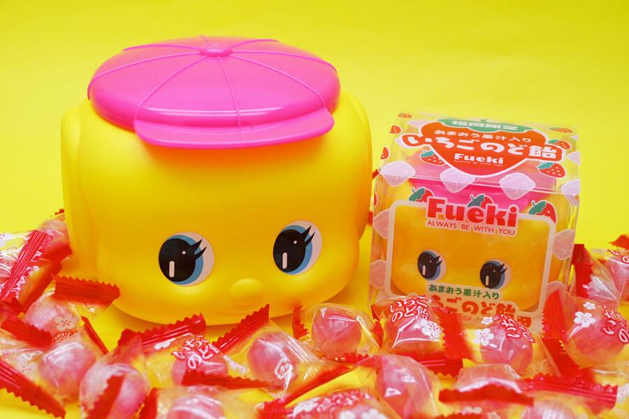 ピンク帽子を被ったフエキくんがかわいらしい「フエキあまおう果汁入りいちごのど飴」(ビッグサイズ990円、レギュラーサイズ550円) ©FUEKINORI KOGYO/EFFORT