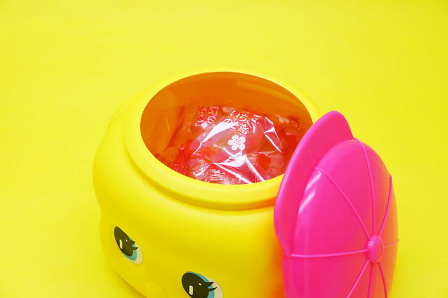 ピンク帽子の「フエキあまおう果汁入りいちごのど飴」(ビッグサイズ990円、レギュラーサイズ550円)
