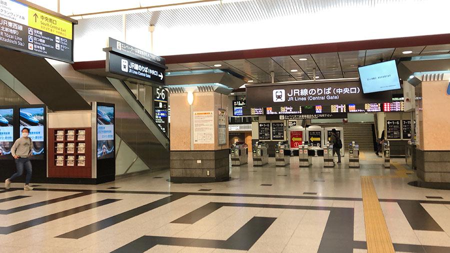 緊急事態宣言、1日明け閑散とした様子のJR大阪駅周辺