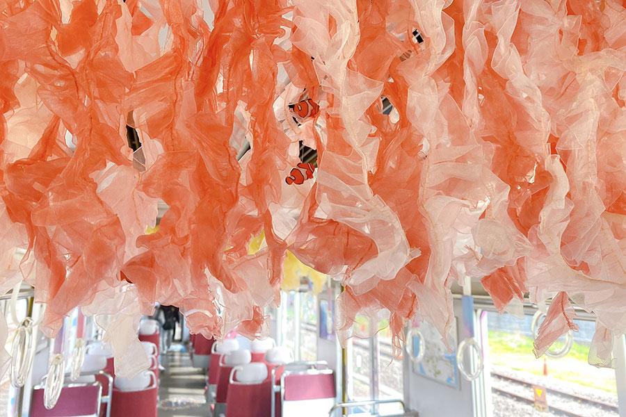 カクレクマノミがチラッ…癒やしだらけの電車、近鉄で運行