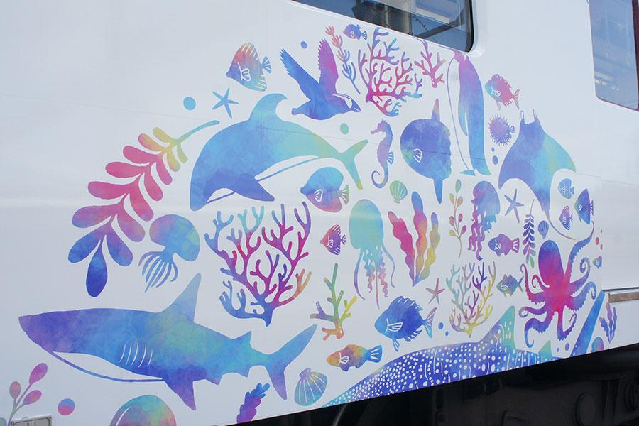 「海遊館トレイン」くす玉は地球をイメージ
