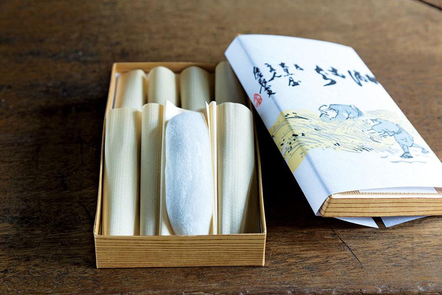 「大黒屋鎌餅本舗」の鎌餅。1箱8本箱入・1920円