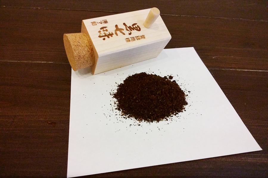 「原了郭」の黒七味 5g木筒入り1100円(袋入りは324円)