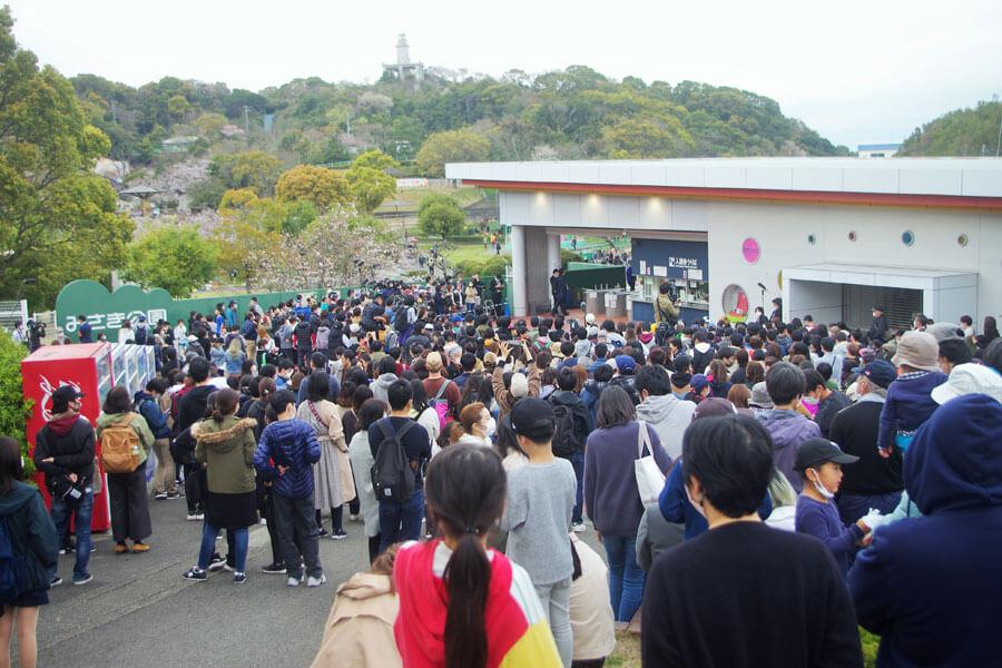閉園したみさき公園の入り口ゲートにはたくさんの人が密集している状況から、あいさつは手短にすまされた(3月31日・みさき公園)