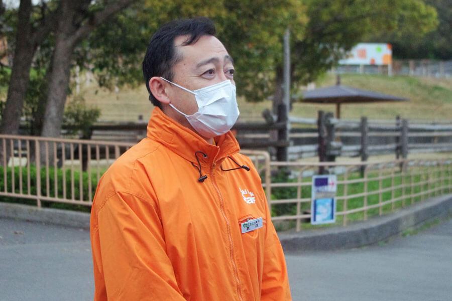マスクを着けたまま、来場者にあいさつをする真貝征志郎園長(3月31日・みさき公園)