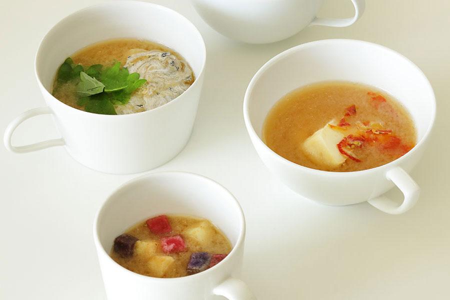 マグカップみそ汁の例。具材は左上より時計回りに「たたみいわし・大葉」、「ドライトマト・チーズ」、「スナック菓子(じゃがいも)」
