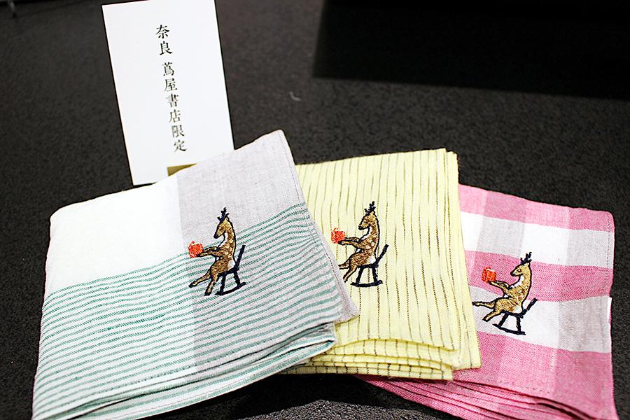 同店限定モチーフの「ゆったりと本を読む鹿」の刺繍(500円、ハンカチは別料金)