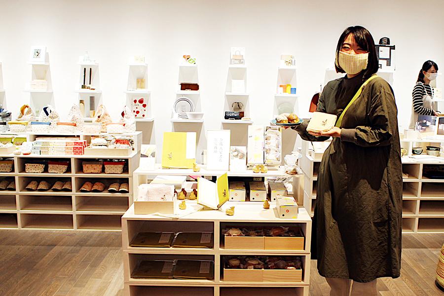 奈良を訪れた際におすすめのお土産を提案。手にしているのは、コーヒーに合う焼き菓子『奈良シトロン』(1個270円、5個入り1350円・共に税別)など