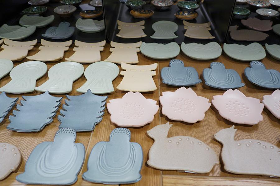 4月19日までは奈良の「工芸舎」による『奈良の豆皿 世界遺産展』を開催。写真は、奥田知子によるDeer(鹿)は2750円