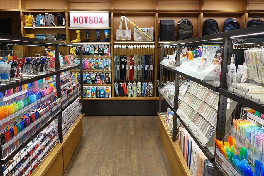 ノートや筆記用具などの文房具、ソックスなど日用品も販売