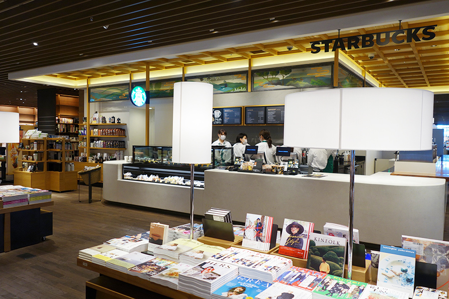エントランス近くには、スターバックスコーヒー。館内にはゆったりとコーヒーを楽しめるイスやベンチが点在
